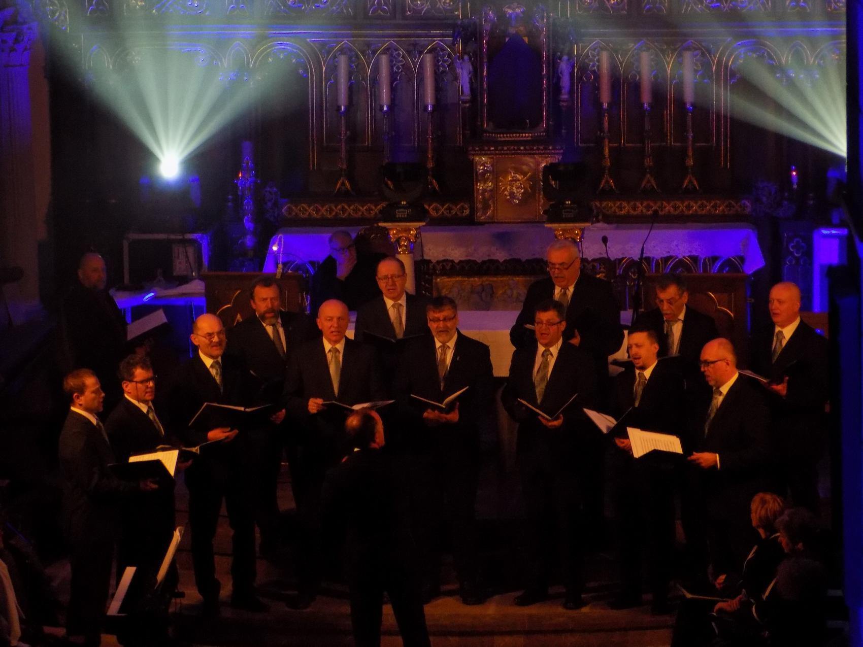 Biblijna Droga Krzyżowa z efektami świetlnymi i pieśniami pasyjnymi-wykonawcy (07)