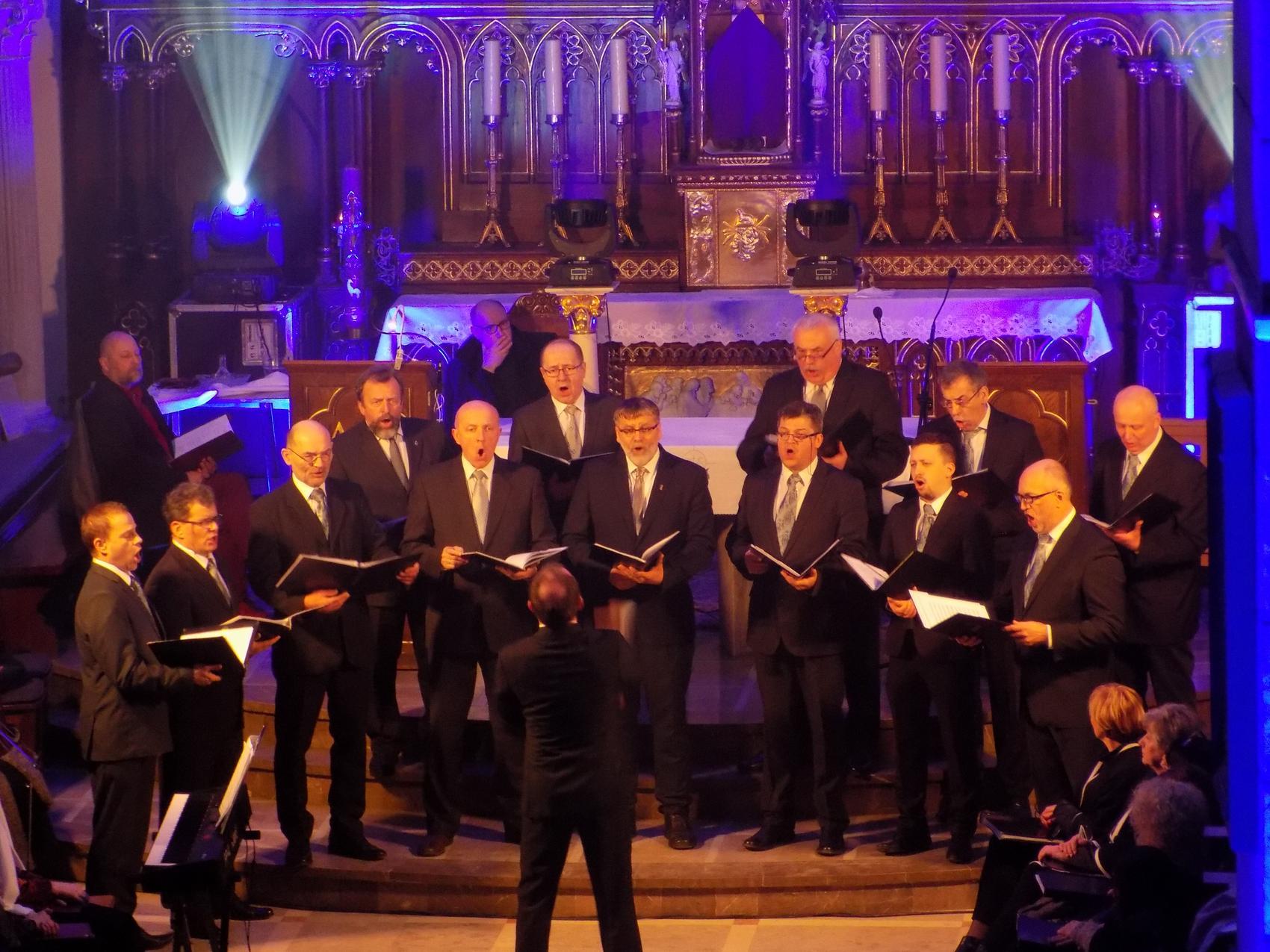 Biblijna Droga Krzyżowa z efektami świetlnymi i pieśniami pasyjnymi-wykonawcy (08)