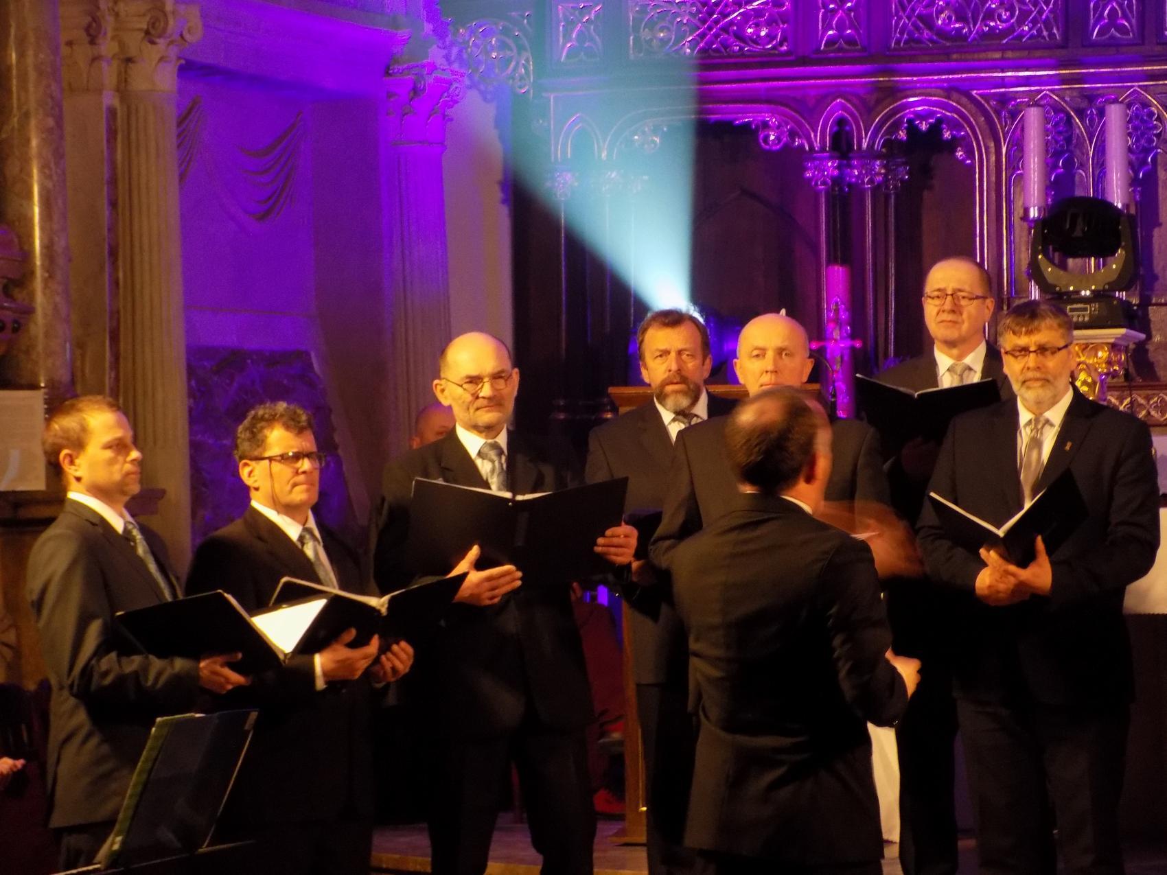 Biblijna Droga Krzyżowa z efektami świetlnymi i pieśniami pasyjnymi-wykonawcy (10)
