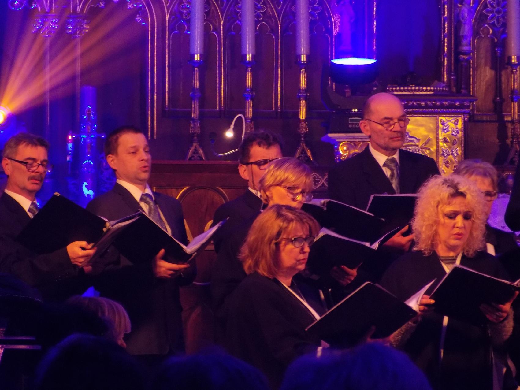Biblijna Droga Krzyżowa z efektami świetlnymi i pieśniami pasyjnymi-wykonawcy (30)