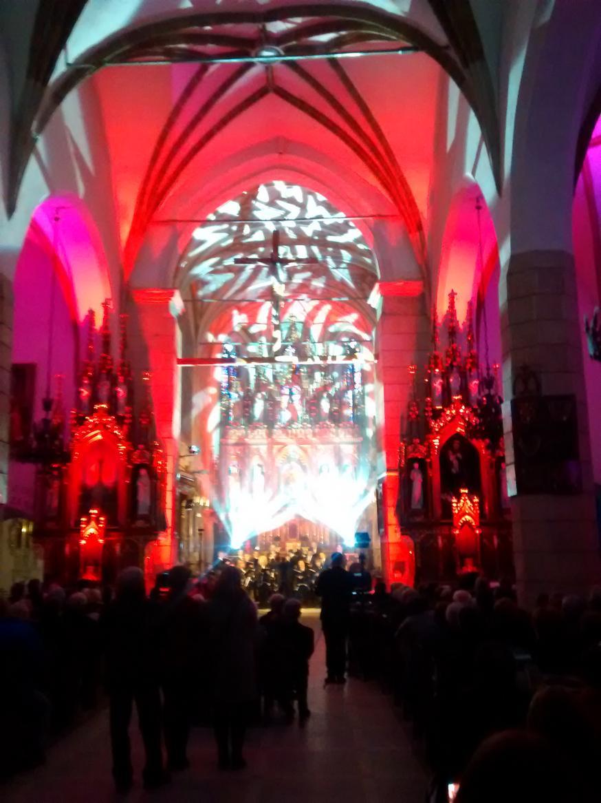 Efekty świetlne w czasie Bilijnej Drogi Krzyżowej z koncertem pieśni pasyjnych (02)