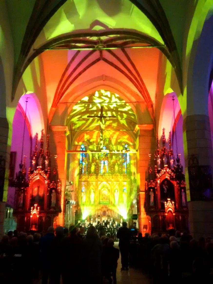 Efekty świetlne w czasie Bilijnej Drogi Krzyżowej z koncertem pieśni pasyjnych (05)