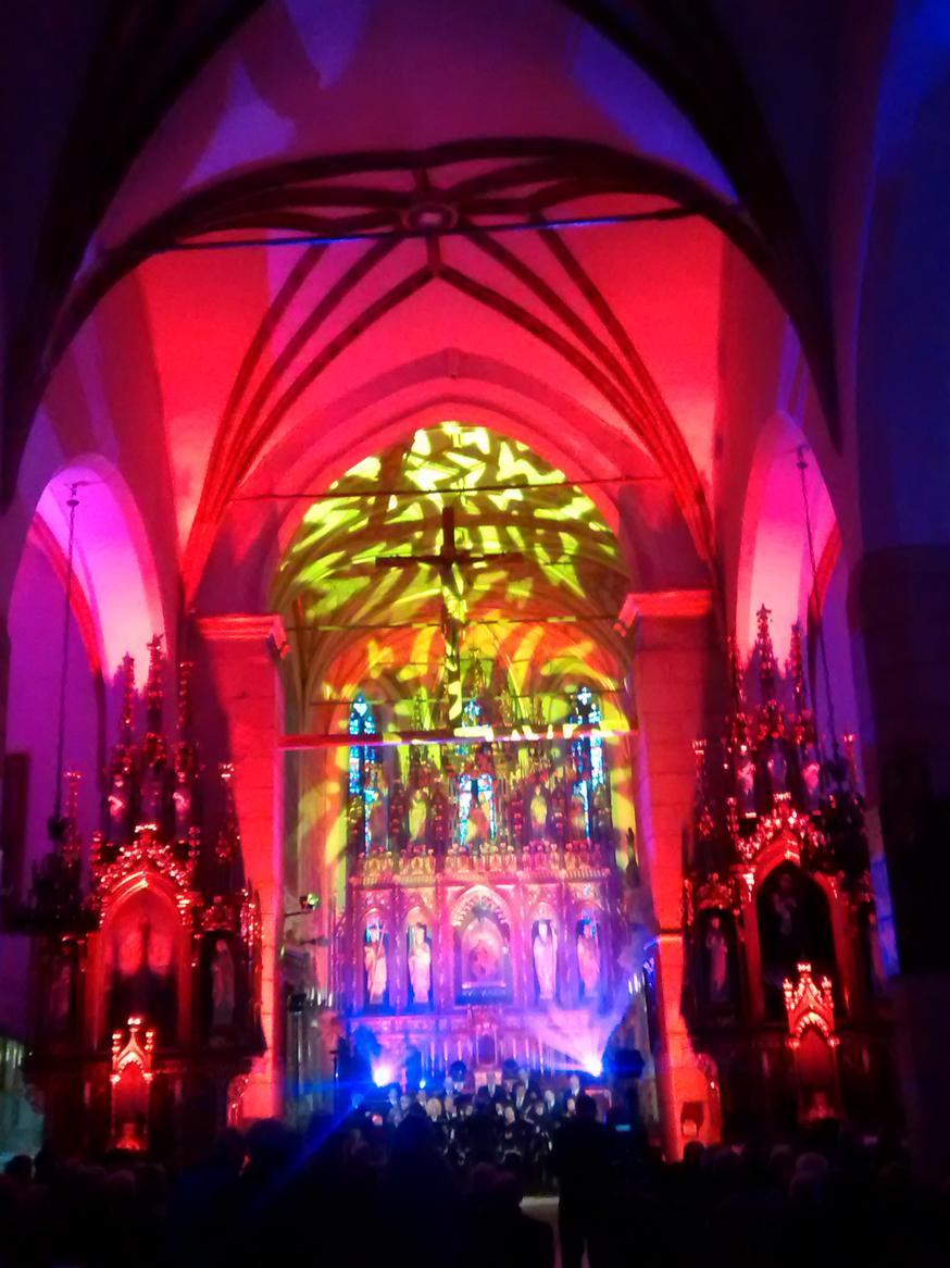 Efekty świetlne w czasie Bilijnej Drogi Krzyżowej z koncertem pieśni pasyjnych (07)
