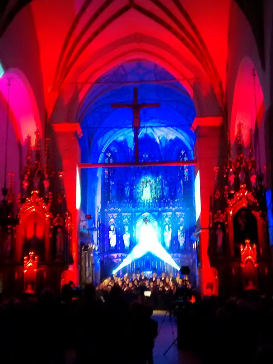 Efekty świetlne w czasie Bilijnej Drogi Krzyżowej z koncertem pieśni pasyjnych (14)