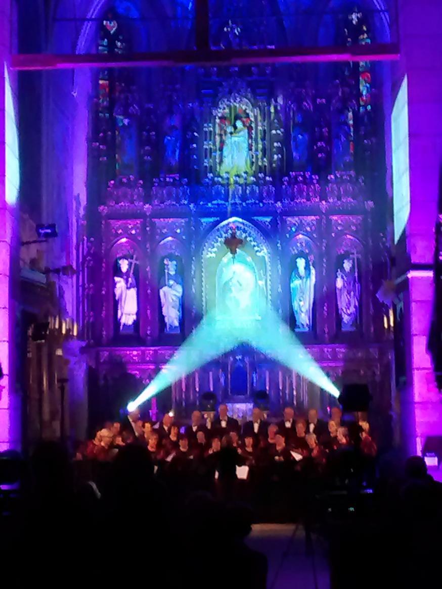 Efekty świetlne w czasie Bilijnej Drogi Krzyżowej z koncertem pieśni pasyjnych (15)