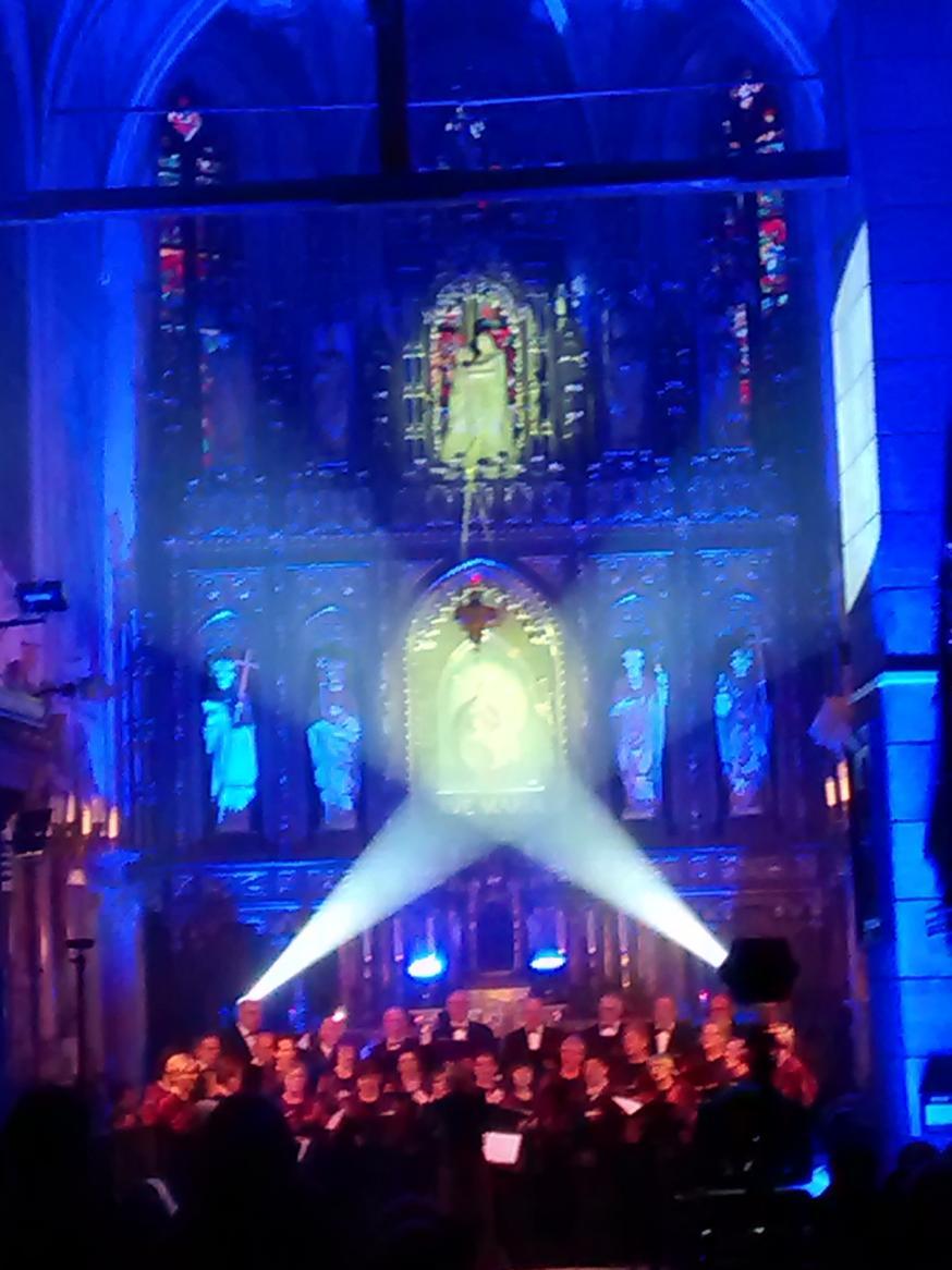 Efekty świetlne w czasie Bilijnej Drogi Krzyżowej z koncertem pieśni pasyjnych (16)