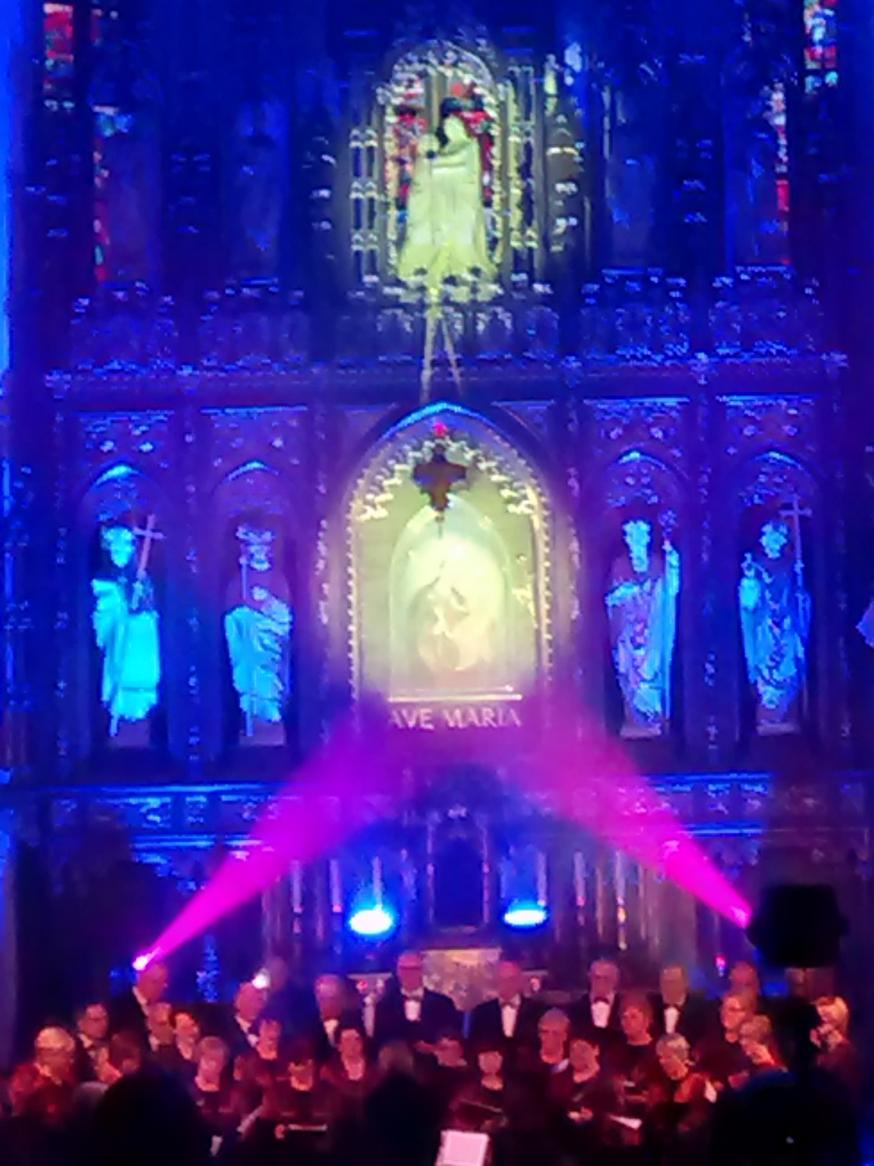 Efekty świetlne w czasie Bilijnej Drogi Krzyżowej z koncertem pieśni pasyjnych (17)