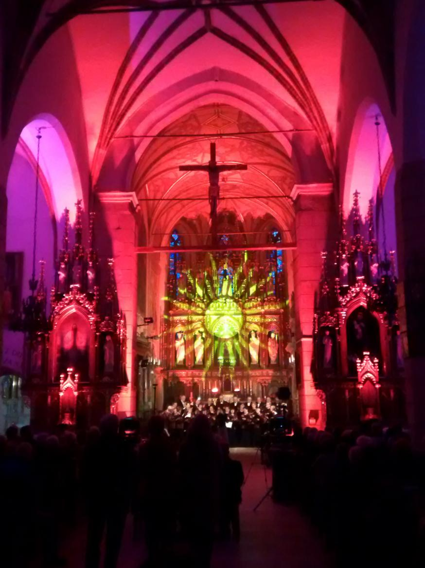Efekty świetlne w czasie Bilijnej Drogi Krzyżowej z koncertem pieśni pasyjnych (20)