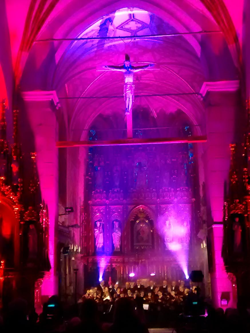 Efekty świetlne w czasie Bilijnej Drogi Krzyżowej z koncertem pieśni pasyjnych (21)