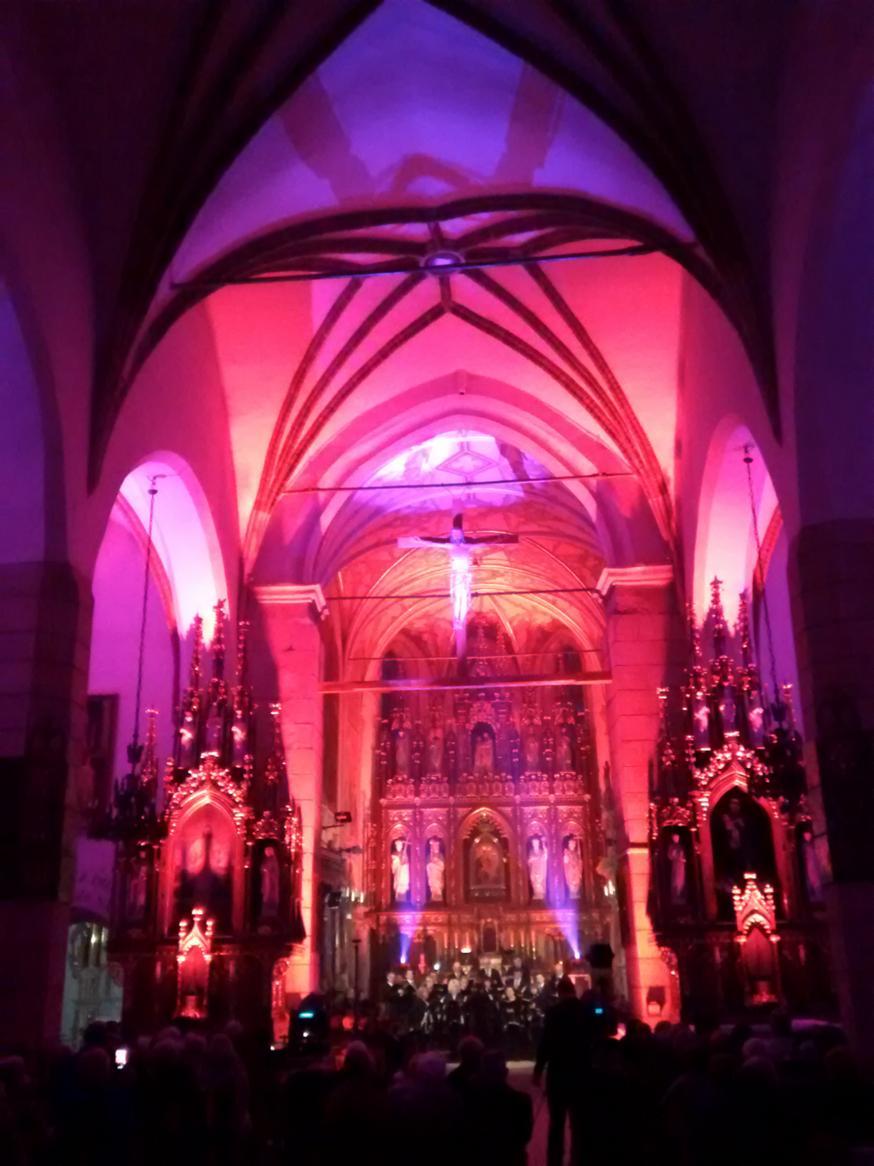 Efekty świetlne w czasie Bilijnej Drogi Krzyżowej z koncertem pieśni pasyjnych (24)
