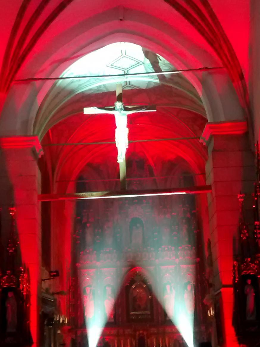 Efekty świetlne w czasie Bilijnej Drogi Krzyżowej z koncertem pieśni pasyjnych (26)