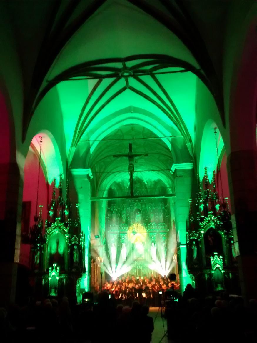 Efekty świetlne w czasie Bilijnej Drogi Krzyżowej z koncertem pieśni pasyjnych (32)