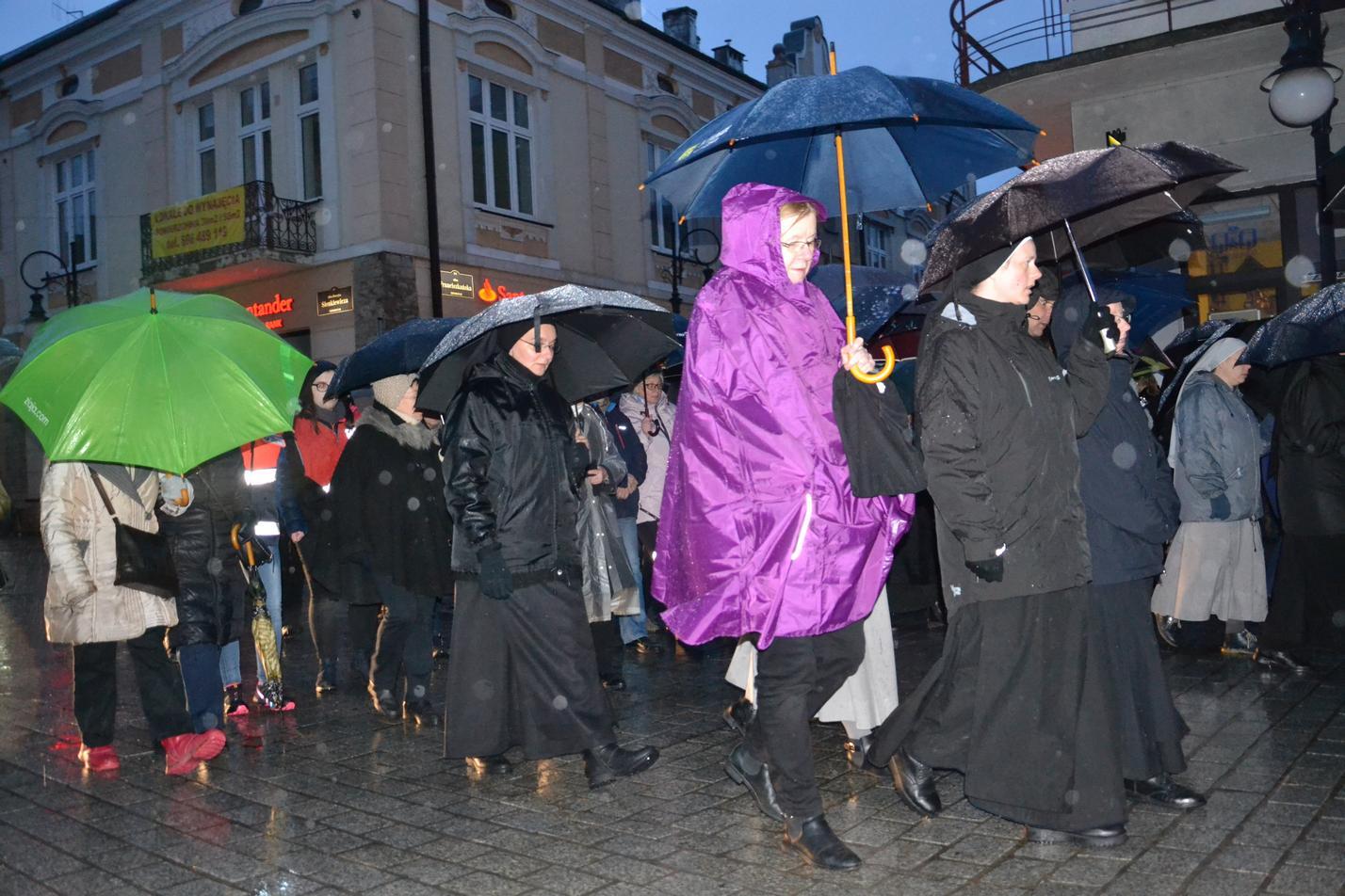 Droga Krzyżowa ulicami Krosna (105)