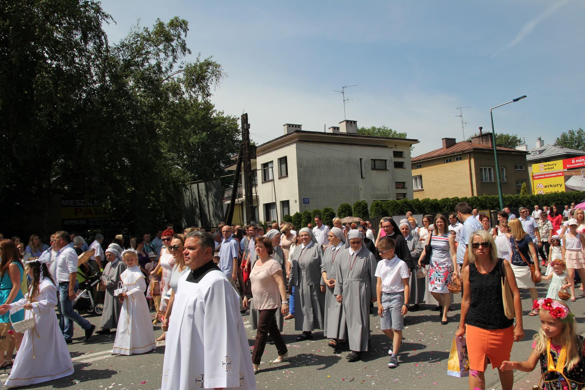 Procesja Bożego Ciała ulicami Krosna (16)