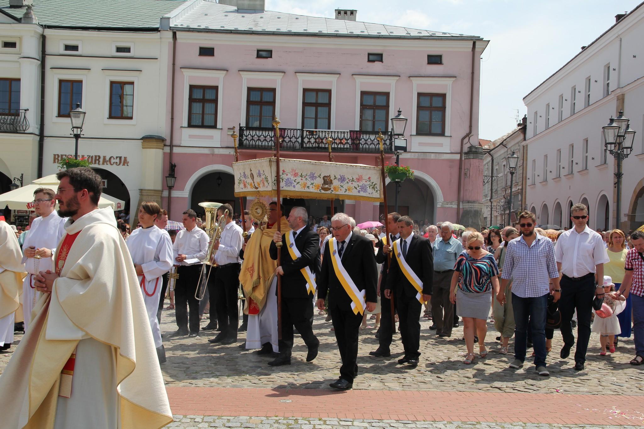 Procesja Bożego Ciała ulicami Krosna (42)