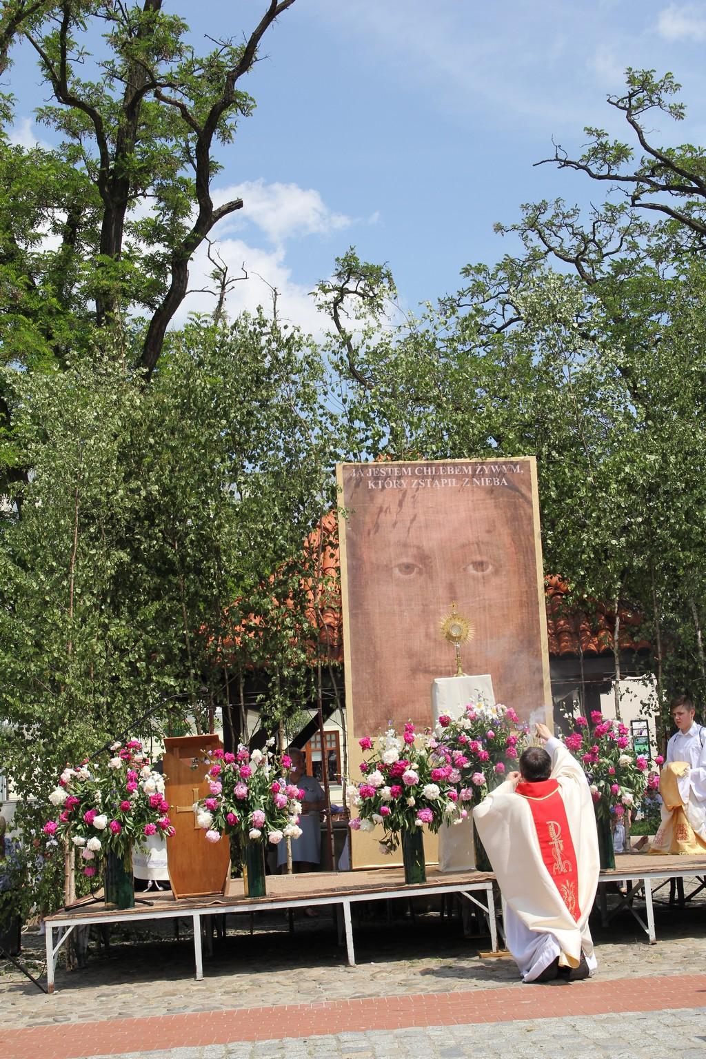 Procesja Bożego Ciała ulicami Krosna (44)