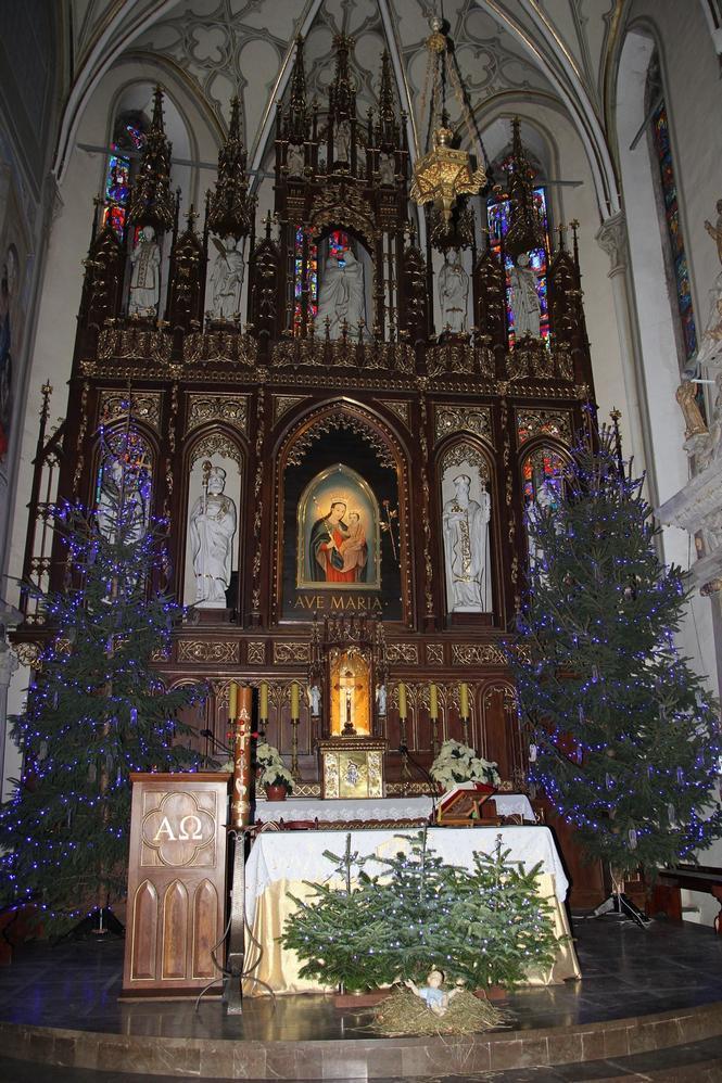 Bożonarodzeniowy wystrój kościoła (09)